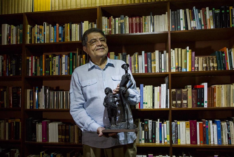 Sergio Ramirez mostra il «Cervantes» nel suo studio di Managua, foto di EFE/Jorge Torres
