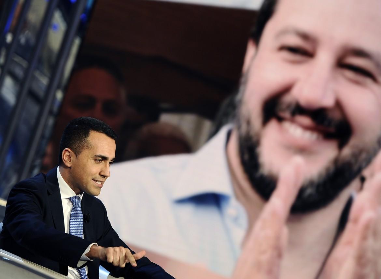 Luigi Di Maio con alle spalle un'immagine di Matteo Salvini
