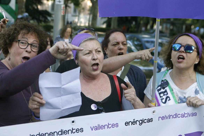 Madrid, la protesta delle femministe spagnole, ieri, davanti al ministero della Salute