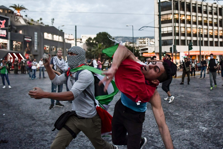 Manifestanti lanciano pietre contro l'ambasciata israeliana ad Atene