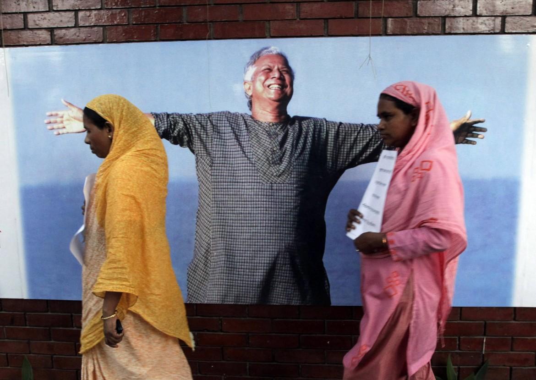 Un poster di Muhammad Yunus a Dacca in Bangladesh