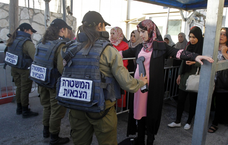 Palestinesi perquisite dall'esercito israeliano nel primo giorno di Ramadan