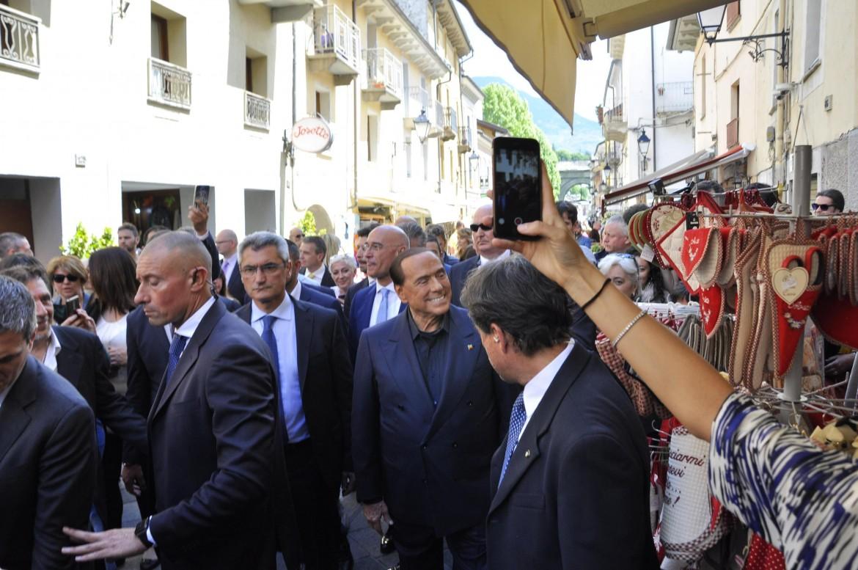 Silvio Berlusconi nel centro di Aosta per la campagna elettorale