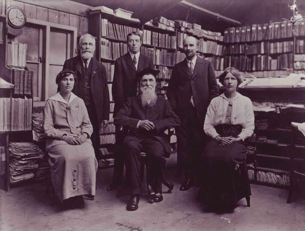 James Augustus Henry Murray con lo staff dell'Oxford English Dictionary