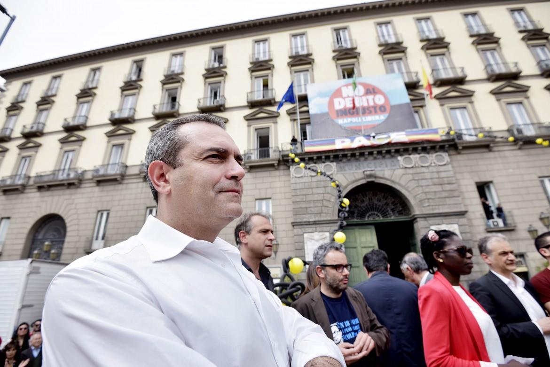 Napoli, Luigi De Magistris in piazza Municipio