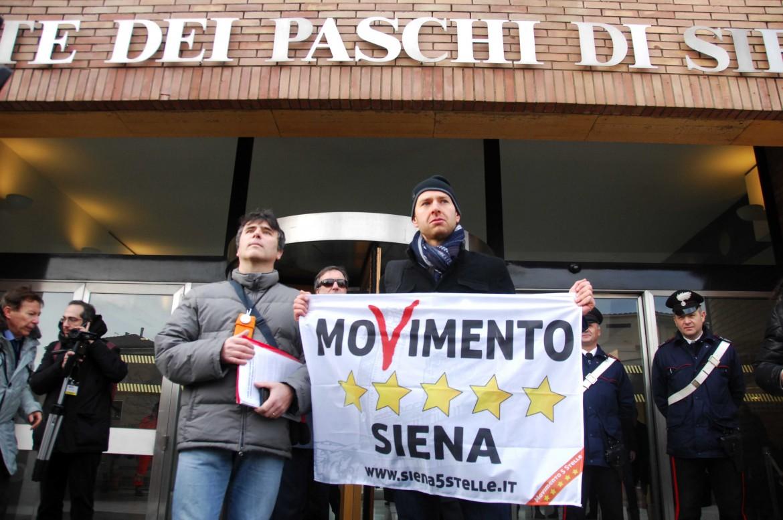 Protesta M5S davanti a filiale del Monte dei Paschi