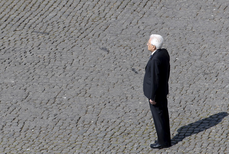 Sergio Mattarella assiste al cambio della guardia al Quirinale