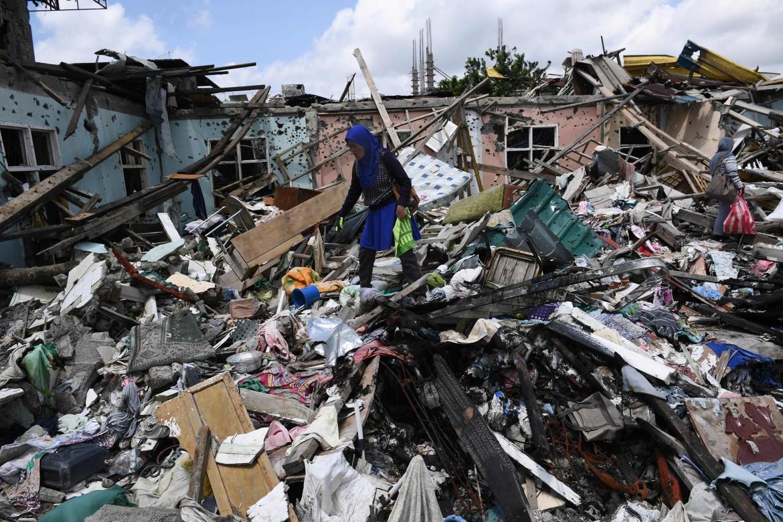 Una residente di Marawi e quel che resta della sua casa