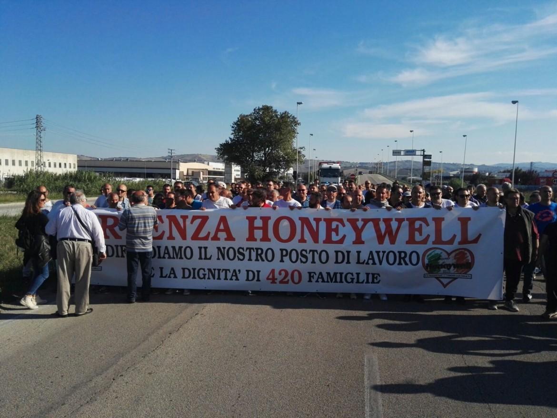 Una protesta dei lavoratori della Honeywell di Atessa (Chieti)