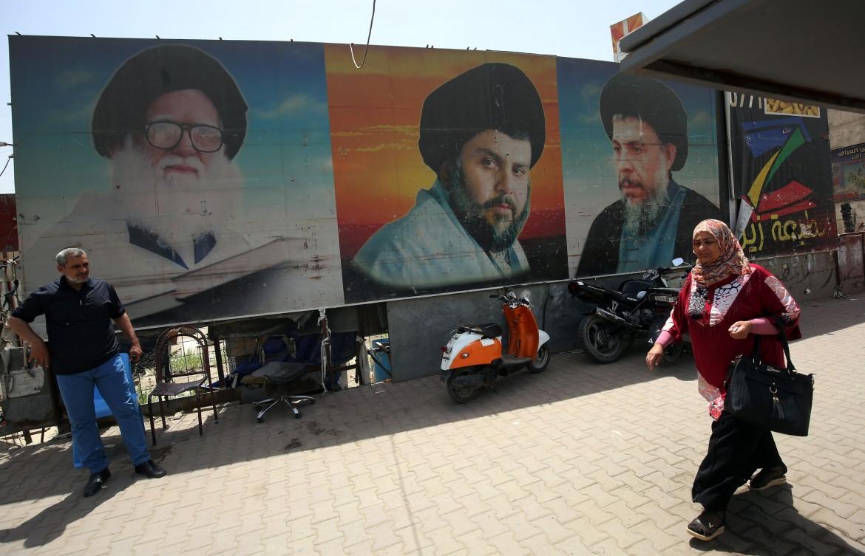 Baghdad, il poster di Moqtada al-Sadr tra il padre Mohammad Sadeq al-Sadr e il suocero Muhammad Baqir al-Sadr