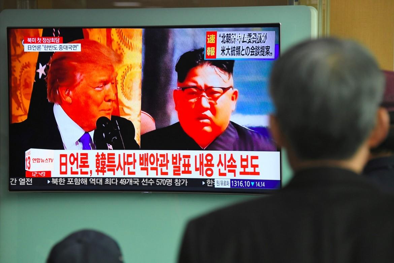 Da uno schermo in un stazione ferroviaria a Seul notizie sull'incontro (saltato) tra Trump e Kim