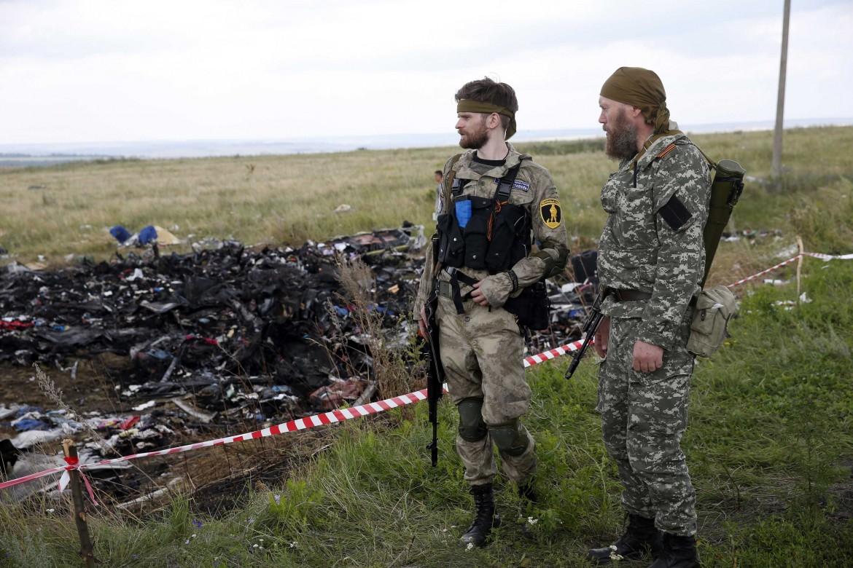 Combattenti filo-russi sul luogo dello schianto del Boeing malese nel 2014