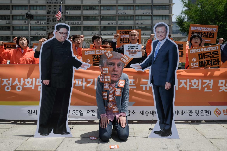 Una protesta contro Trump in Corea del Sud, nei pressi dell'ambasciata americana