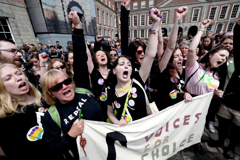 Il collettivo «Voices For Appeal» festeggia davanti al Castello, sede del parlamento di Dublino