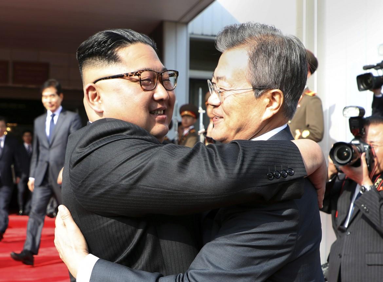 L'abbraccio tra Kim e Moon a Tongil Gak, al confine tra le due Coree