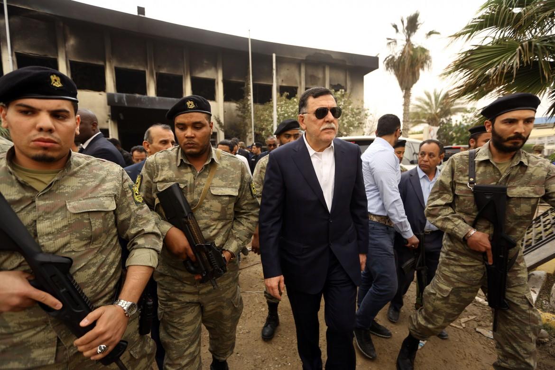 Il premier del governo di unità nazionale Sarraj, scortato da uomini armati a Tripoli