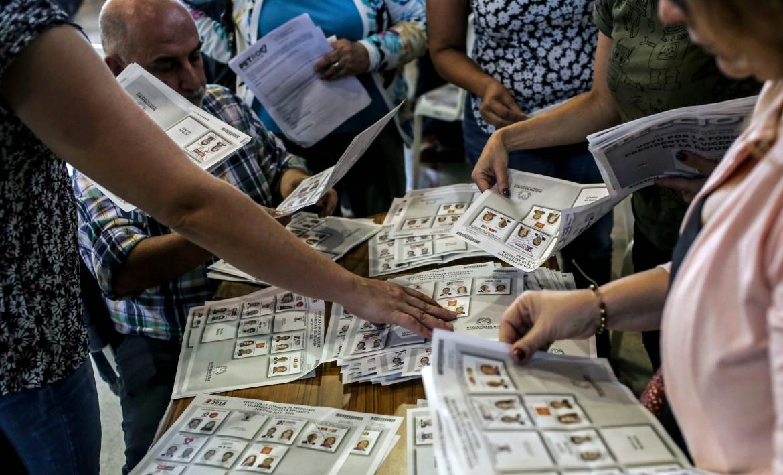 Il conteggio dei voti in un seggio a Bogotà