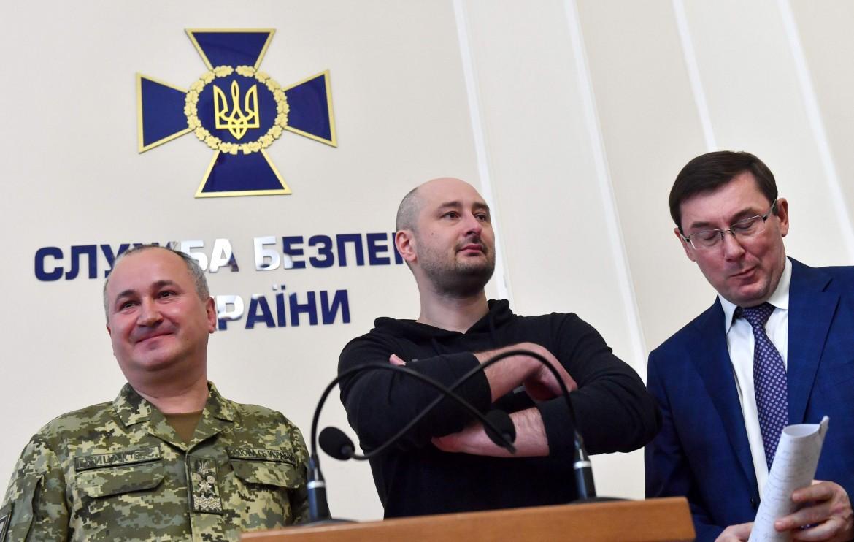 Il giornalista risorto con il capo dei servizi segreti ucraini e il procuratore durante la conferenza stampa