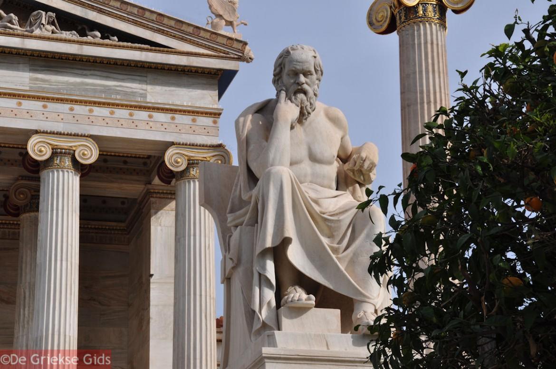 Statua di Socrate presso l'Accademia di Atene