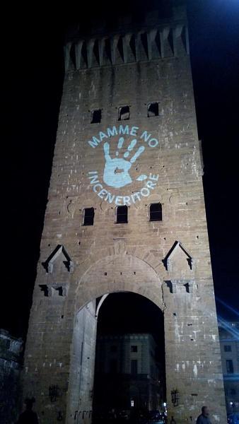 Le scritte di luci sui monumenti del movimento della Piana di Firenze