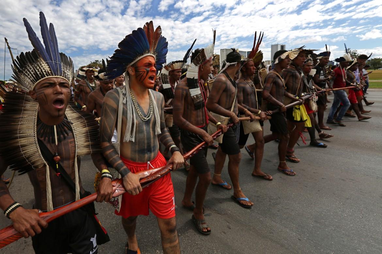 Brasilia, 28 aprile, i popoli indigeni protestano a Brasilia contro le politiche del governo Temer