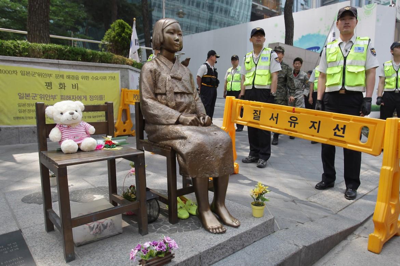 L'opera che rende omaggio alle «donne di conforto» davanti all'ambasciata giapponese di Seul