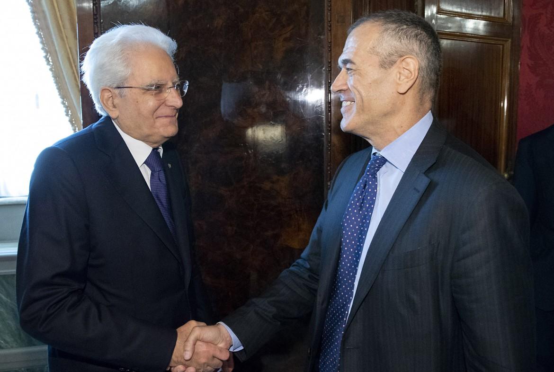 Sergio Mattarella e Carlo Cottarelli; sotto Paolo Savona