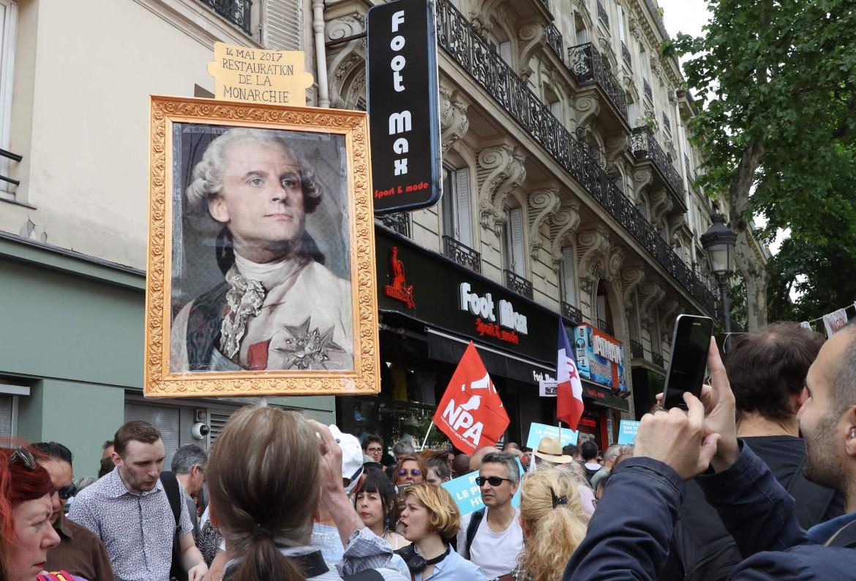 Macron raffigurato come un monarca dalle migliaia di persone che ieri hanno protestato in Francia contro le sue politiche liberiste