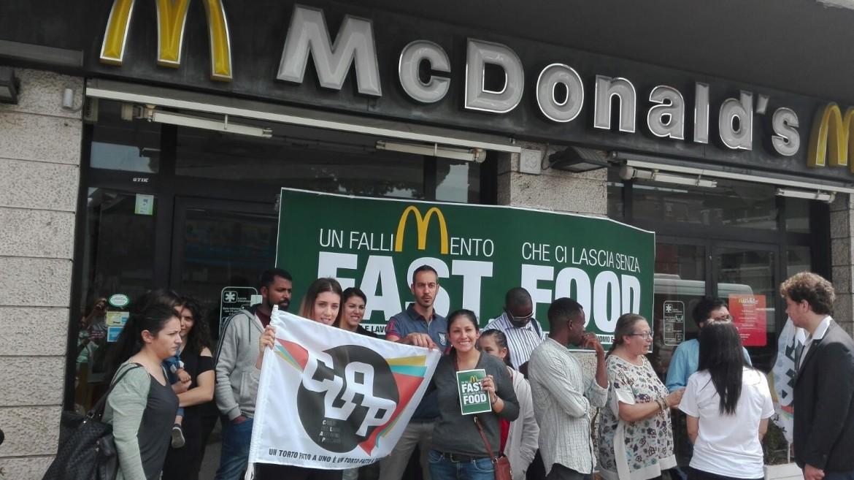 La protesta dei 28 dipendenti del McDonald's di piazza Pio XI a Roma organizzata dalle Clap