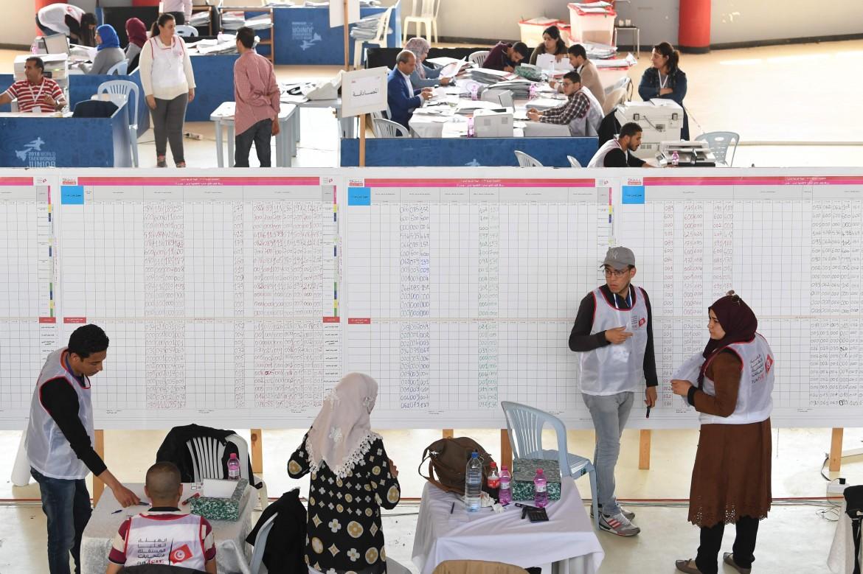 Il conteggio dei voti nel quartier generale dell'Isie, l'Alta autorità indipendente per le elezioni, a Tunisi