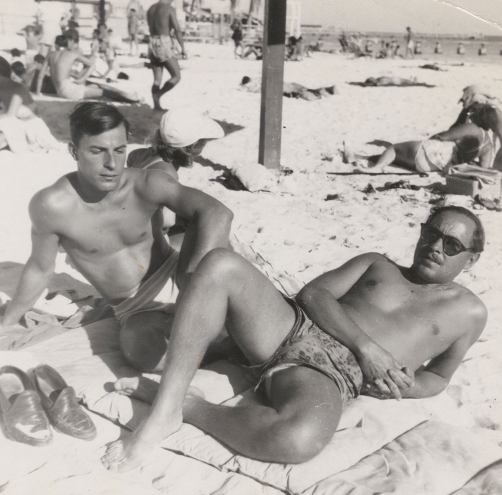 Fotografo anonimo, Tennessee Williams (destra) e Frank Merlo (sinistra) «on the beach», New York, Tennessee Williams Collection, Rare Book & Manuscript Library, Columbia University Library
