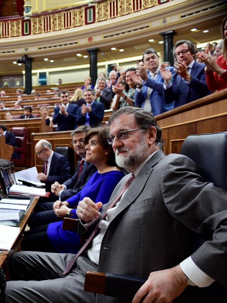 Il premier spagnolo Mariano Rajoy riceve l'applauso dei suoi deputati