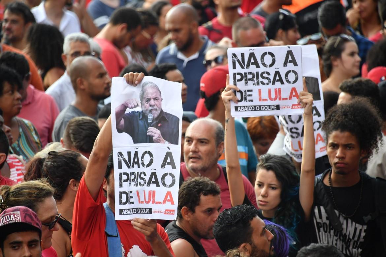 Sostenitori di Lula davanti al carcere di Curitiba