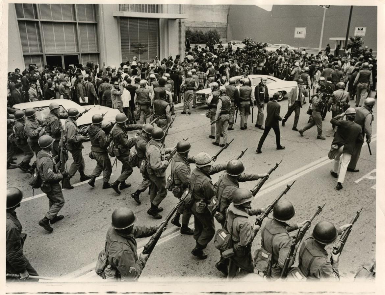 La Guardia nazionale carica i dimostranti a Berkeley nel maggio 1969
