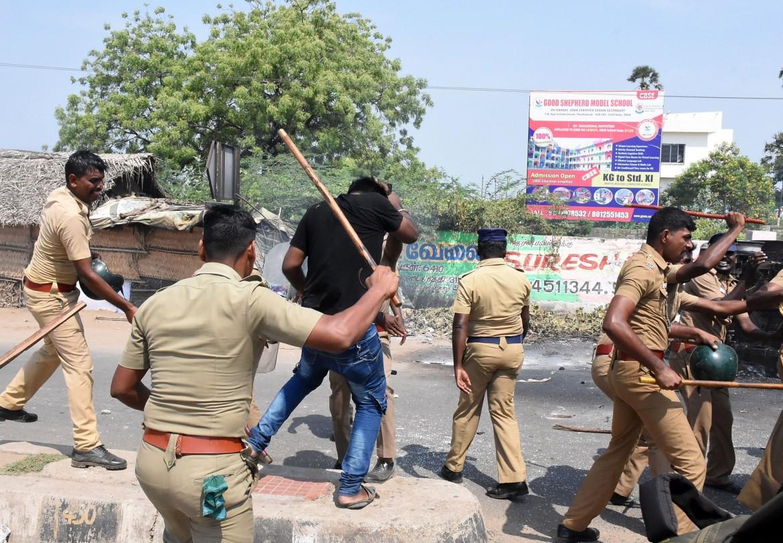 La polizia disperde i manifestanti a Thoothkudi