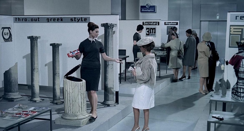 Secchio a forma di colonna greca antica nella commedia di Jacques Tati Playtime (Tempo di divertimento), 1967