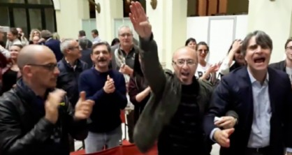 saluti romani nella sala di palazzo D'Aronco all'annuncio della vittoria della Lega