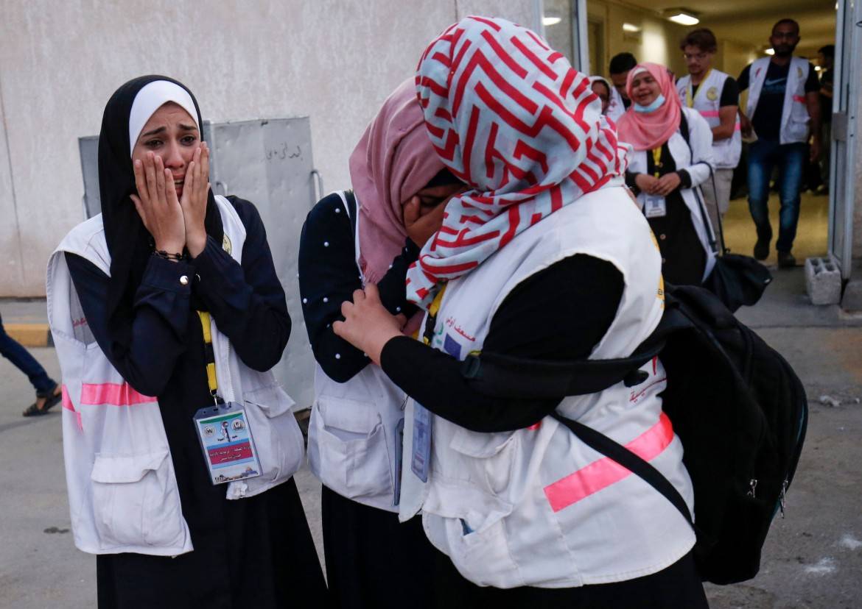 Fuori dall'ospedale di Khan Yunis, paramedici palestinesi piangono la morte di Razan al-Najjar