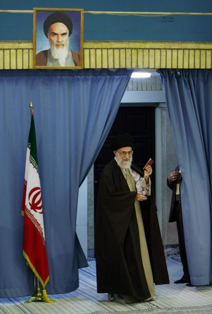 L'ayatollah Ali Khamenei sotto a un ritratto dell'imam Khomeini