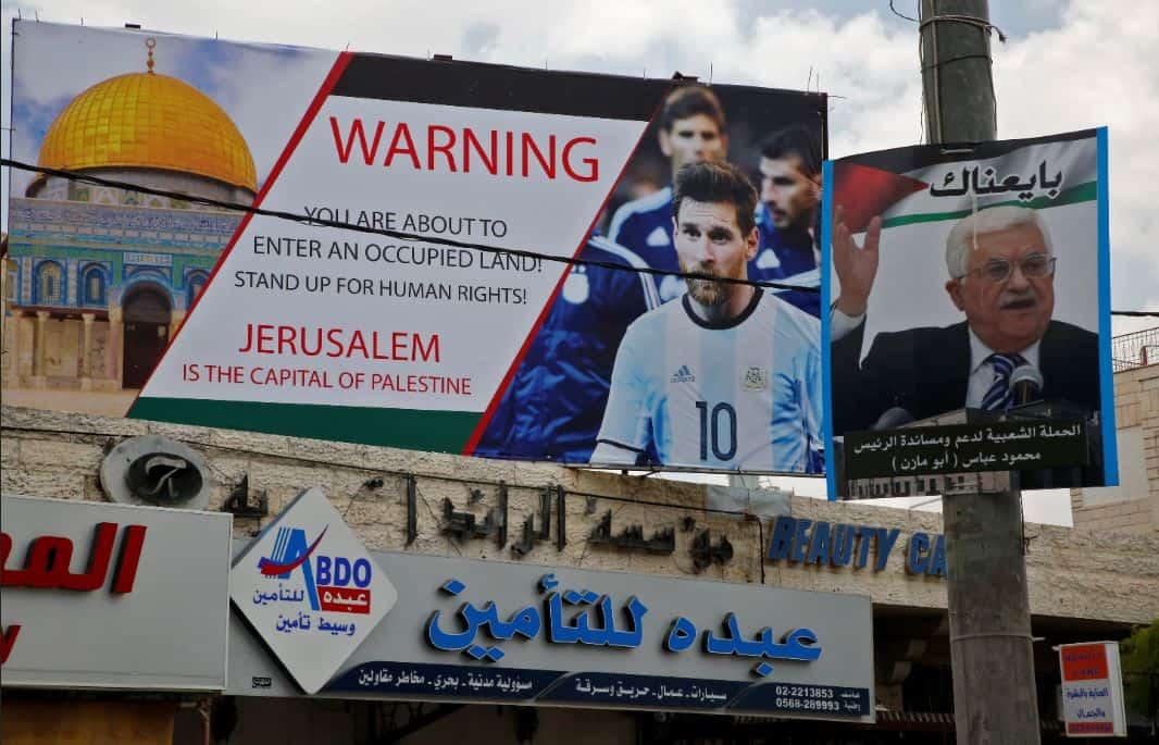 Un cartellone a Hebron invita l'Argentina di Messi a boicottare il match con Israele: «Attenzione, stai entrando in un territorio occupato»