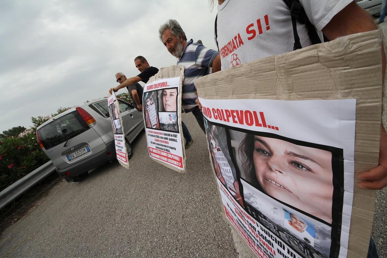 La protesta dei lavoratori del reparto confino di Nola