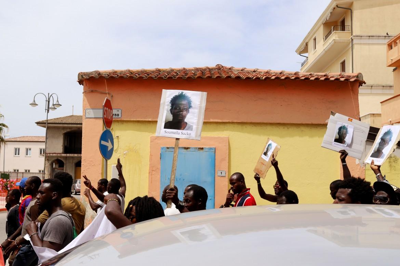 Il corteo dei migranti a San Ferdinando dopo l'omicidio di Soumayla Sacko