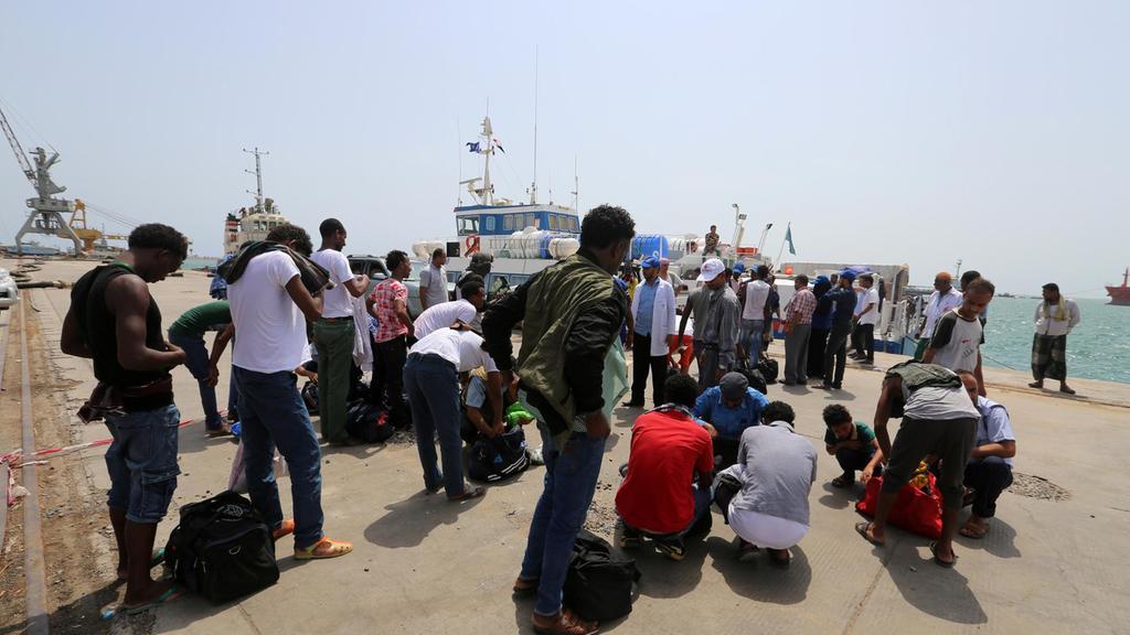 Migranti etiopi soccorsi nel porto yemenita di Hodeidah, sulla costa occidentale
