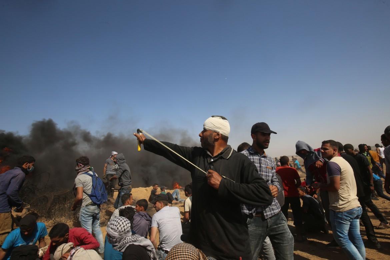 Manifestanti palestinesi a Khan Younis durante la Marcia del Ritorno di ieri a Gaza