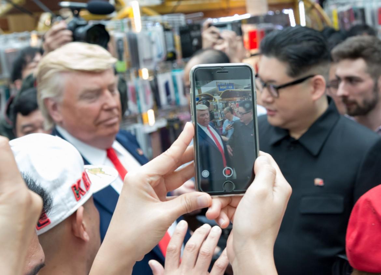 Mentre il vero Trump lascia il Quebec, nelle strade di Singapore i sosia impazzano
