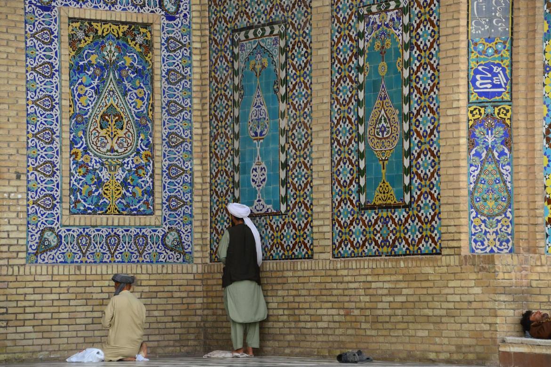 Fedeli in preghiera in una moschea nella provincia di Herat