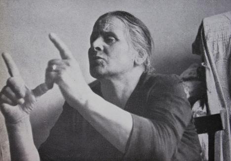 Guaritrice siciliana (la foto, di André Martin, è tratta da « Spreco» di Danilo Dolci, 1960)