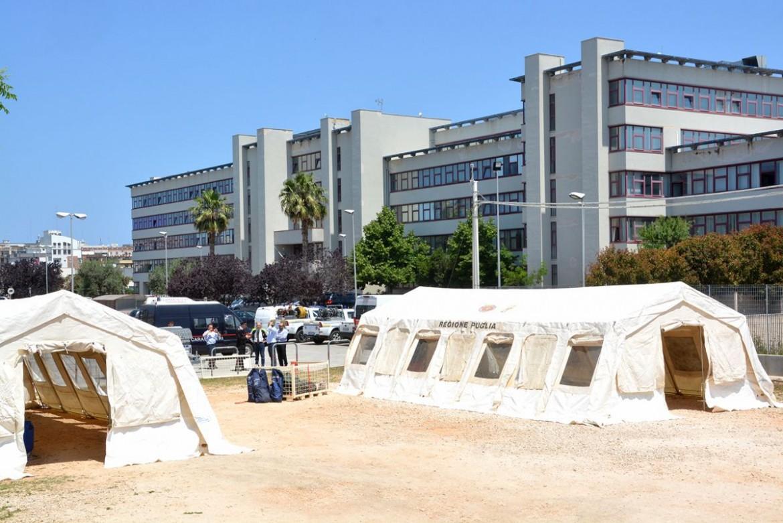 La tensostruttura dove si tengono le udienze al tribunale di Bari