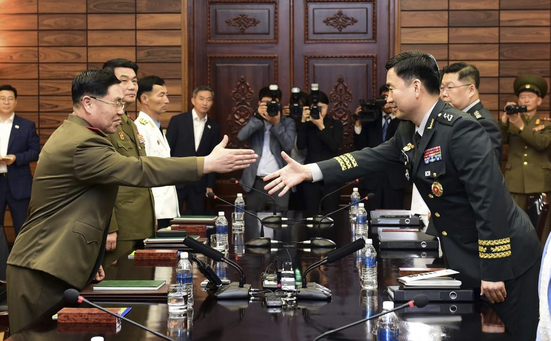 Meeting di generali ieri nella zona demilitarizzata di Panmunjon: il nordcoreano An Ik San (a sinistra) e il sudcoreano Kim Do-gyun