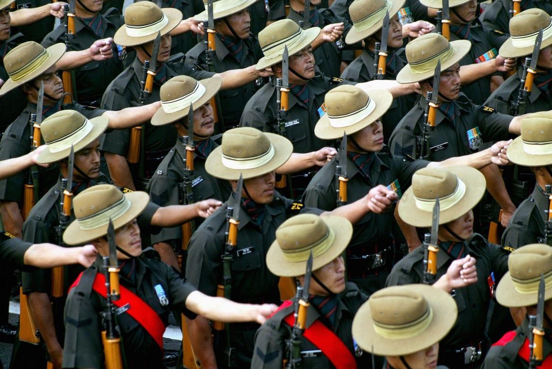 Gurkhas sfilano a Calcutta nell'anniversario dell'indipendenza indiana